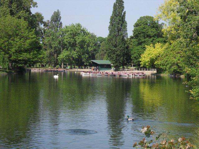 Photo du lieu de rendez-vous des séances de marche nordique dans le Bois de Vincennes à Paris 12ème arrondissement. Lac Daumesnil, location de barques.