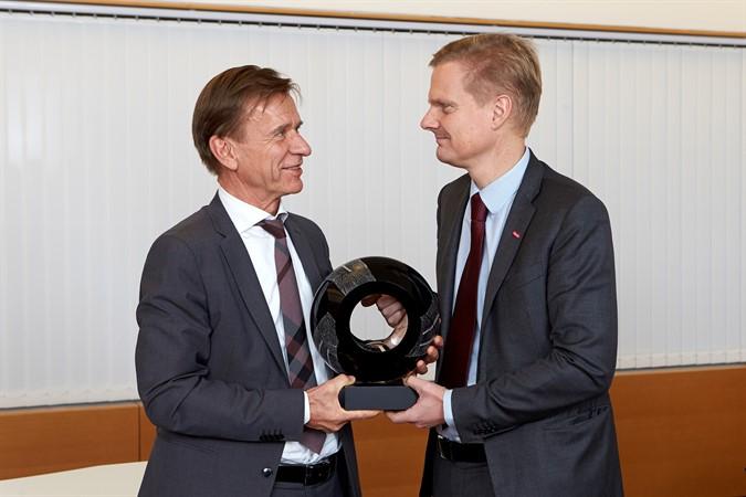 Volvo Cars Preis von Folksam für die sichersten Autos 2015. Volvo CEO Håkan Samuelsson und Folsam VD Jens Henriksson