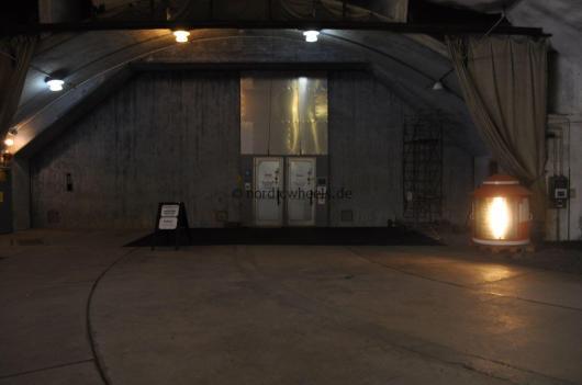 Der Eingang zum Aeroseum. Der Weg führt 30 Meter unter die Erde.