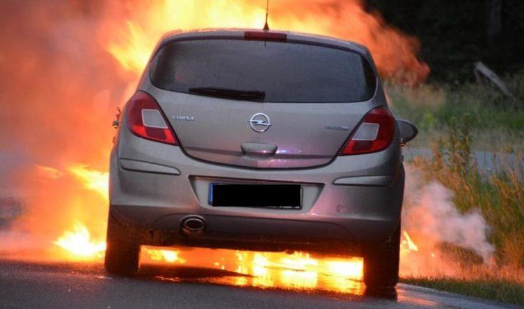Aktuell: Opal Corsa brennt auf der Süd-Nord-Straße Foto: Marco Schlösser