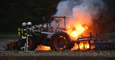 Varloh - Geeste - Treckerbrand auf einem Acker . Foto: NordNews.de