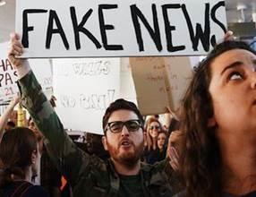 Fake News im LWH - Spätestens seit der Wahl von US-Präsident Trump sind Fake News in aller Munde, wie hier bei einer Anti-Trump-Demonstration im Januar in Los Angeles. Foto: Kayla Velasquez