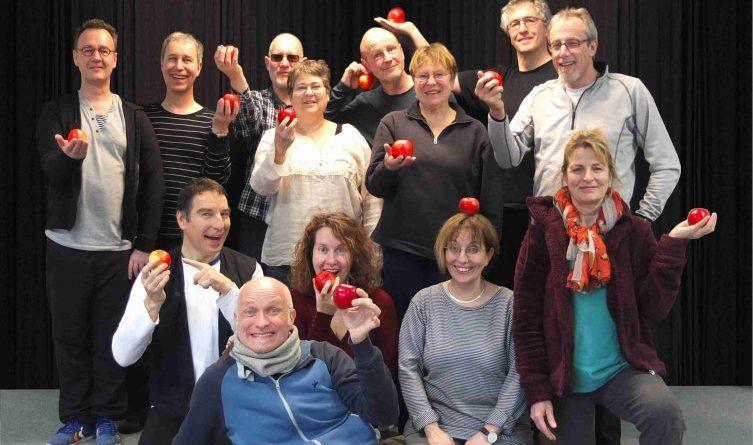 """Ist das Kunst oder kann das weg?Die Pantomimen-Gruppe """"Mimenspiel"""" nimmt sich mit viel Humor dem Thema 'Apfel' an.HÖB Papenburg"""