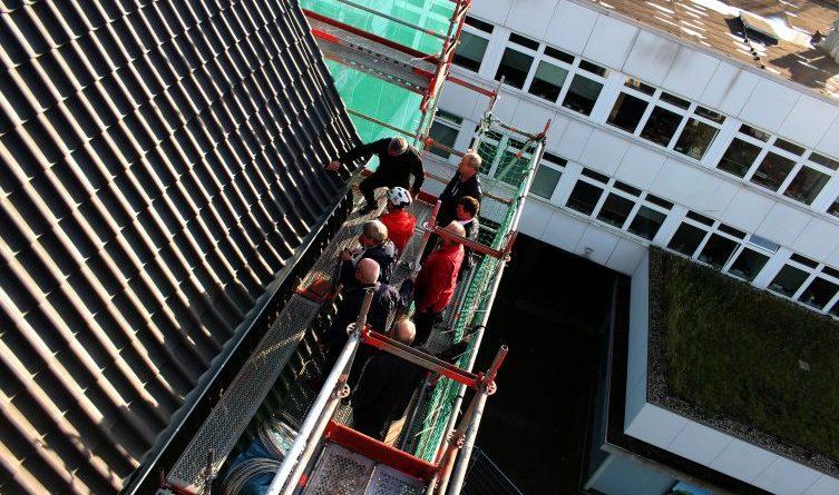 Stadtrat steigt aufs Rathausdach – Arbeiten im Zeitplan-Am Mittwochnachmittag nahmen Mitglieder des Papenburger Stadtrates die Arbeiten am Rathausdach unter die Lupe. Dazu stiegen sie auch auf das Gerüst und begutachteten das neue Dach aus der Nähe. Foto: Stadt Papenburg