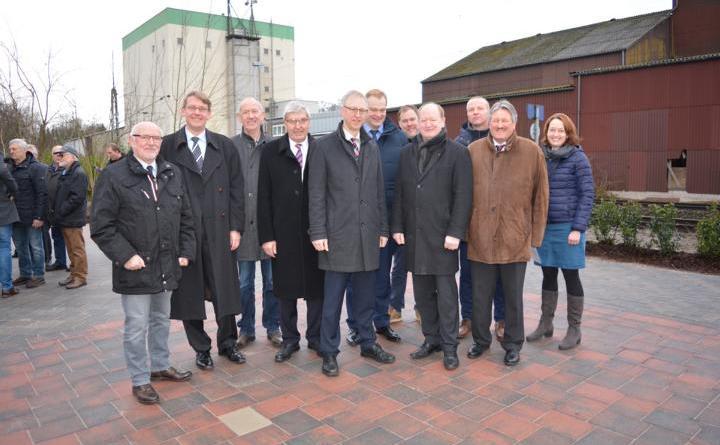 Bürgermeister Helmut Höke (Mitte) freut sich seinen Ehrengästen das neue Bahnhofsumfeld zu präsentieren Foto: Gemeinde Geeste