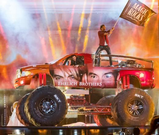 Die Ehrlich Brothers in der Emslandarena - Über Beziehungen, Monster Trucks und beschlagnahmte Beine Foto: Sebastian Drüen