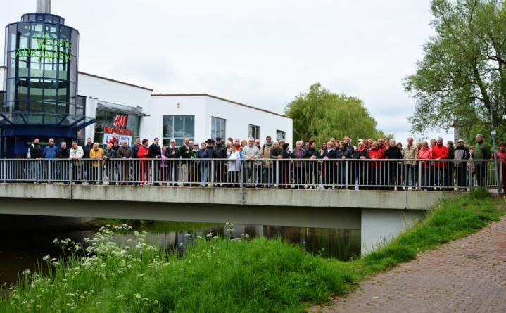 Gastfamilien für Bürgeraustausch mit Reichenbach gesucht - Das Foto (© Stadt Nordhorn) zeigt die Gäste aus Reichenbach auf der Nordhorner Reichenbachbrücke bei der Bürgerbegegnung im Jahr 2014.