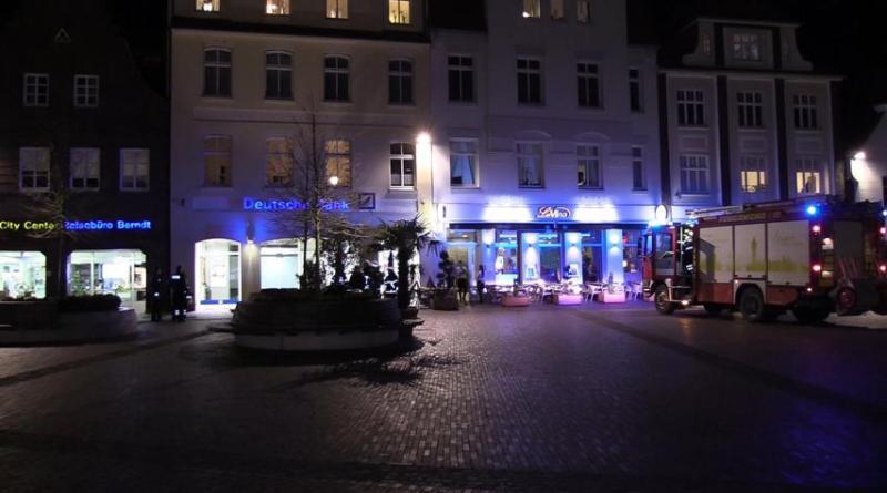 Schild der Deutschen Bank brannte in der Straße Am Markt Foto: NordNews.de
