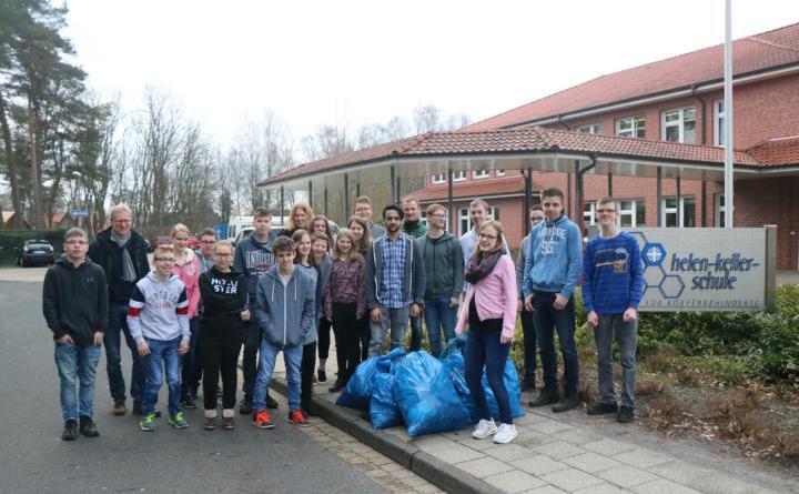 """Aktion """"Saubere Landschaft"""" wieder ein voller Erfolg - Zu Recht stolz sein können die Neuntklässler der Helen-Keller-Schule auf ihre Müll-Sammelaktion und ihren Einsatz für ein sauberes Meppen. Foto: Stadt Meppen"""