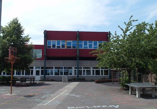 Christophorusschule unterrichtet wieder in Klasse 5 - Stadt stellt Antrag auf Fortführung der Förderschule Lernen - Im roten Ständerbau des Schulzentrums ist die Christophorusschule in Haren (Ems) untergebracht. Sie soll bis 2028 fortgeführt werden. Foto: Stadt Haren