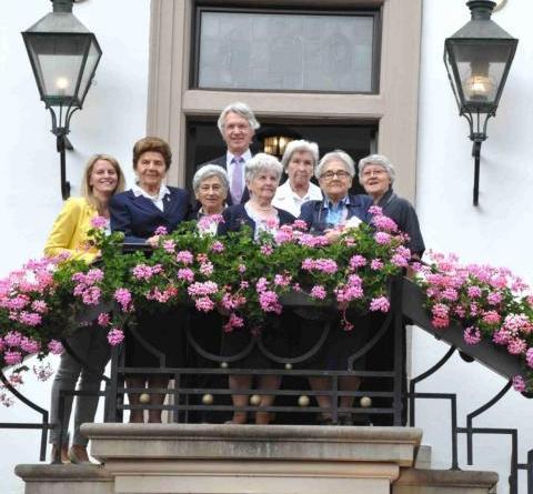 Ehemalige polnische KZ-Häftlinge zu Gast in Lingen - Zeitzeuginnen berichten in Schulen -Lingens Erster Bürgermeister Heinz Tellmannn hieß die fünf Polinnen willkommen, die von Marianne Drechsel-Gillner (rechts) und Agnes Kläsener (links) begleitetet werden. Foto: Stadt Lingen