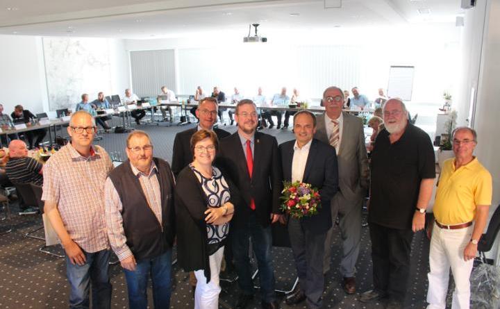 Hermann Wessels als neuer Erster Stadtrat gewählt - Hermann Wessels heißt der neue Erste Stadtrat der Stadt Papenburg (vierter von rechts). Nach seiner Wahl gratulierten Bürgermeister Bechtluft (links daneben), Ratsvorsitzender Führs (rechts dahinter) sowie die Fraktionsvorsitzenden im Stadtrat. Foto: Stadt Papenburg
