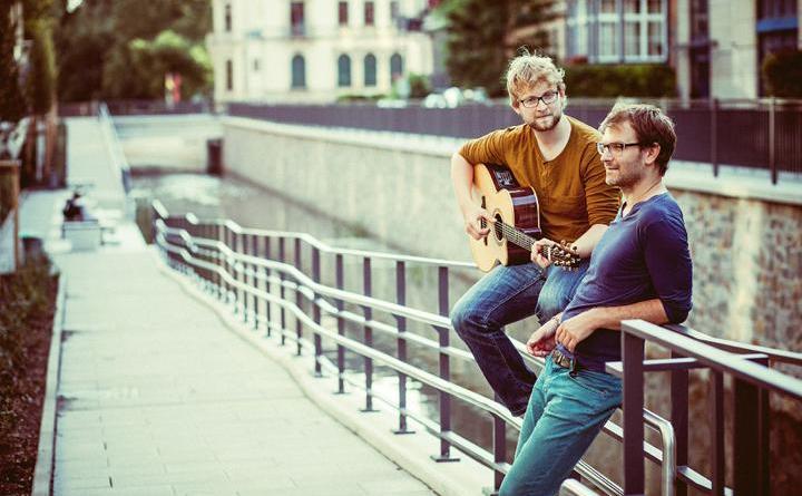 """Ein Musik-Video aus Müll Deutscher Akustikpop von byebye -Videorelease zur Single """"Komm schon"""""""