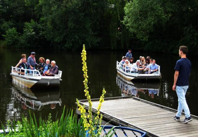 """Papenburg hat sich hervorragend präsentiert"""" - Auch ein Besuch der Historisch-ökologischen Bildungsstätte stand auf dem Programm der Jury-Bereisung am Samstag. Den Hinweg absolvierten die Teilnehmer dabei mit den Booten der Von-Velen-Anlage. Foto: Stadt Papenburg Foto: Stadt Papenburg"""
