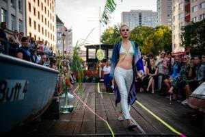 Viel Prominenz bei der einzigen Schau der Fashion Week auf einem Schiff - KIK/ANN präsentierte die neue Kollektion vor dem art'otel berlin mitte -  Foto: Borismehl.de