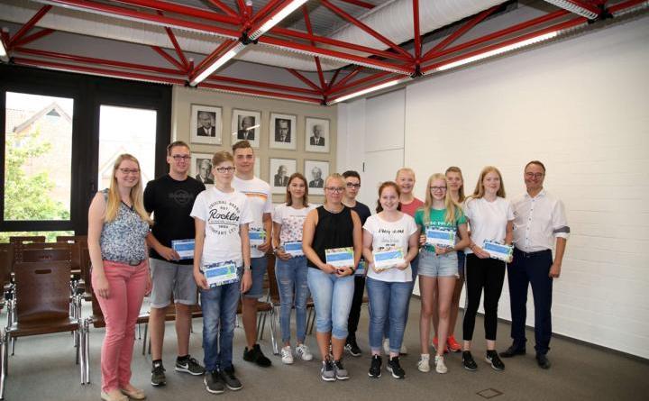 """""""Wissen, wo bei Jugendlichen der Schuh drückt"""" - Karina Koop (li.) und Bürgermeister Markus Honnigfort (re.) mit den Gewinnern der Verlosung im Rahmen der Jugendbefragung """"#sagsuns"""". Foto: Stadt Haren"""