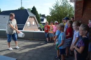 Fahrt in das Planetarium Neuenhaus - Gemeinde Geeste organisiert Fahrt im Rahmen einer Ferienpassaktion -Christoph Lohuis zeigt den Kindern das Experiment der Schwerkraft. Foto: Sarah Abheiden