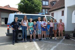 Ferienpassaktion: Besuch im Polizeikommissariat Meppen - Kinder aus Geeste wollen auch im nächsten Jahr wieder dabei sein - Polizeikommissarin Sina Selter mit Ferienpassteilnehmern aus Geeste. Foto: Sarah Abheiden