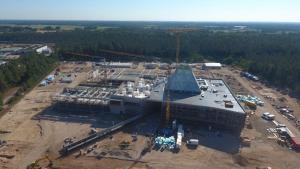 Baufortschritte beim BP Lingen Gebäudekomplex - Ende des Jahres ziehen die ersten Mitarbeiter um - Bildunterschrift: Die Baustelle im August mit Blick von der Rückseite. Foto: BP