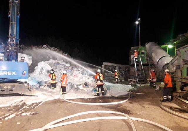 Werlte - Feuer in einem Entsorgungsbetrieb Foto: SG Werlte