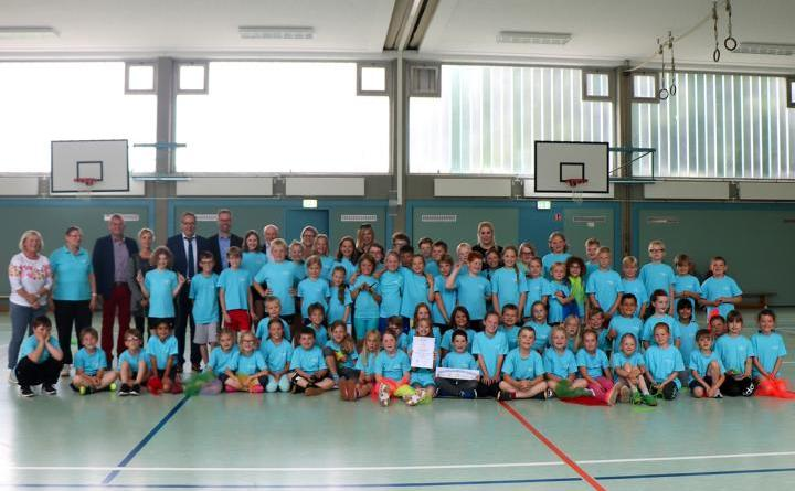 """Astrid-Lindgren-Schule Rühle bleibt sportfreundlich - Sichtlich stolz über das Zertifikat """"Sportfreundliche Schule"""" sind die Schülerinnen und Schüler der Astrid-Lindgren-Schule. Foto: Stadt Meppen"""