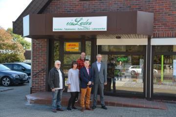 Ein Laden in Geeste - neu eröffnet v.l.n.r. Werner Pörtzen (Verkäufer), Regina Meierahrend, Raphale Meierahrend, Thomas Schlicht (Lieferant Non Food und Led), Bürgermeister Höke Foto: NordNews.de