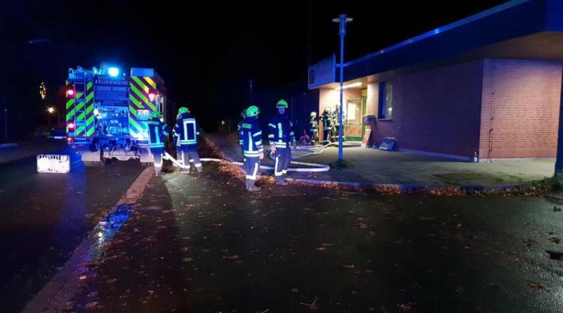 Zu einem Einsatz in der Nacht auf Dienstag wurde die Aschendorfer Ortsfeuerwehr am Bahnhof in Aschendorf gerufen. Am Ende entpuppte sich der Einsatz als weniger schlimm als zunächst vermutet. Foto: Stadt Papenburg