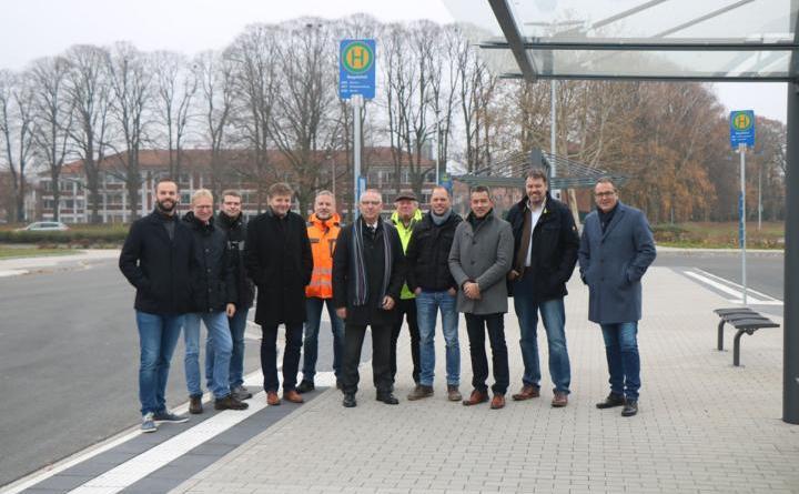 Die beteiligten Firmen und Unternehmen sowie Vertreter der Stadt machen sich vor Ort ein Bild von dem neu gestalteten Busbahnhof am Nagelshof. Foto: Stadt Meppen