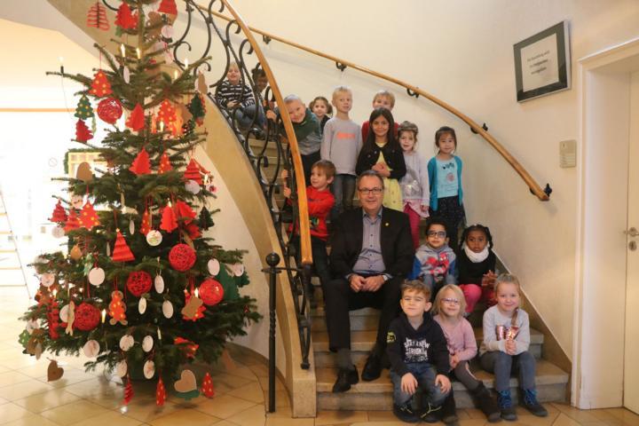 Weihnachtsbaum Tradition.Kita Matthias Claudius Schmückt Weihnachtsbaum Im Stadthaus