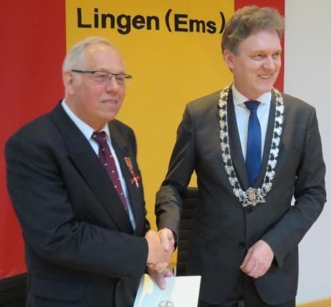 Oberbürgermeister Dieter Krone überreichte Hinrikus Ude das Verdienstkreuz am Bande des Verdienstordens der Bundesrepublik Deutschland. Foto: Stadt Lingen