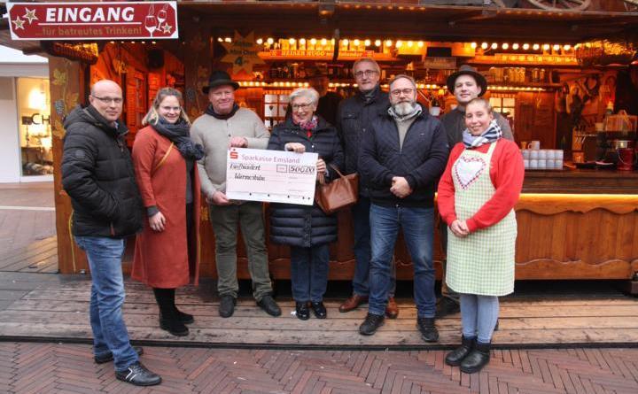 Im Beisein des Stadtmarketingvereins WiM e. V. und Erstem Stadtrat Bernhard Ostermann wurde Elisabeth Behnes der Spendenscheck überreicht. Eine tolle Aktion! Foto: Stadt Meppen