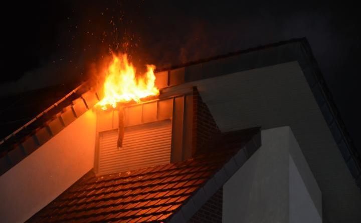 Lingen. In der Neujahrsnacht gegen 00.11 Uhr wurde die Freiwillige Feuerwehr Lingen zu einem Gebäudebrand in die Suurhookstrasse in Foto: NordNews.de