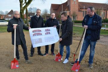 Zu einem ersten Spatenstich für den Bau eines Dorfladens trafen sich nun alle Beteiligten in Osterbrock. Foto: Gemeinde Geeste