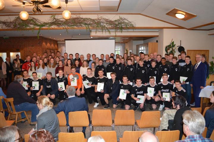 Erfolgreiche Sportler und Ehrenamtler wurden von Vertretern aus Politik und Verwaltung beim Neujahrsempfang in Osterbrock geehrt. Foto: Gemeinde Geeste