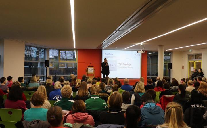 Die Teilnehmerinnen und Teilnehmer der Fachtagung besuchten neben vielen Workshops auch einen Fachvortrag in der Mensa des Hümmling Gymnasiums in Sögel. Foto: Stefan Wessels