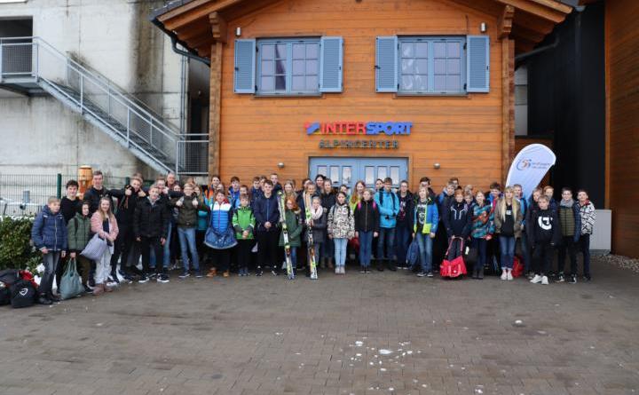 Die Skigruppe aus der Sportregion Ems Vechte vor der Skihalle in Bottrop.Foto: KSB