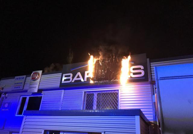 Werbeschild brennt an Fassade eines Nutzfahrzeughandels im Industriegebiet – Feuerwehr Dörpen verhindert ein Übergreifen der Flammen auf das Gebäude- Foto: SG Dörpen/ Feuerwehr