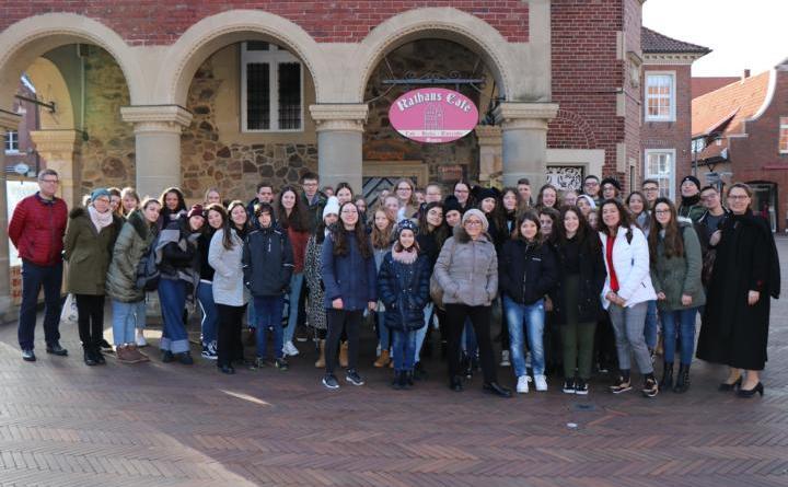 Einen Tag vor ihrer Abreise besuchten die italienischen Austauschschüler das historische Rathaus und wurden hier von der stellvertretenden Bürgermeisterin Andrea Kötter empfangen. Foto: Stadt Meppen