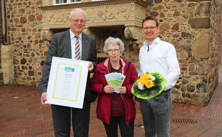 Daniel Wintering (rechts) übergibt den Vorsitz an Helmut Schwendtner (links). 2. Vorsitzende bleibt Katharina Knopp. Foto: Stadt Meppen