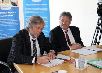 Horst-Dieter Husemann von der Landesschulbehörde (l.) und Landrat Reinhard Winter unterzeichnen die Kooperationsvereinbarung, die als Handlungsleitfaden für den Umgang mit dem Verdacht einer Kindeswohlgefährdung an Schulen dienen soll. (Foto: Landkreis Emsland)