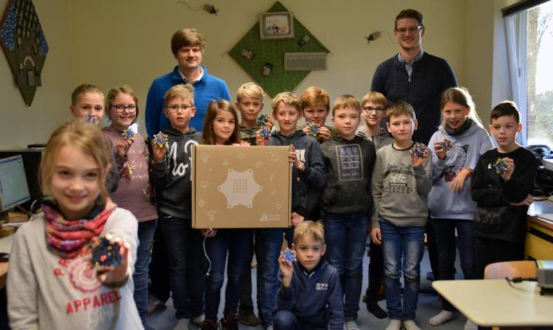 Schüler der 3. und 4. Klasse der Dieckhausschule lernen mit dem Calliope Mini, wie Computer funktionieren. Foto: Stadt Papenburg
