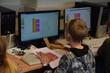 """Die Schüler programmieren ihre Aufgaben am PC mittels der grafischen Programmiersprache """"NEPO"""" V Foto: Stadt Papenburg"""