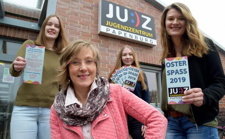 Über ein tolles Osterferienprogramm im JUZ freuen sich: Franziska Schulze (Bundesfreiwilligendienstleisterin), Birgit Spielvogel (Freie Theaterpädagogin), Deborah Gruska (Praktikantin) und Corinna Nehe (Pädagogische Mitarbeiterin). Foto: Stadt Papenburg