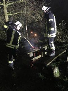 Dörpen - Unbekannte zünden Grillkohle auf Holztisch im Bürgerpark an. Foto: Samtgemeinde Dörpen - Feuerwehr
