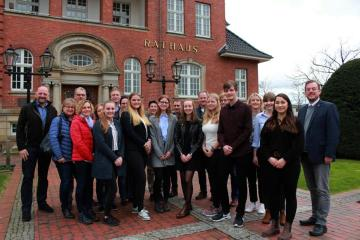 Am Dienstagnachmittag waren die neuen Auszubildenden der Stadt mit ihren Eltern zu Gast im Rathaus, um ihre Ausbildungsverträge zu unterschreiben. Bürgermeister Jan Peter Bechtluft (rechts) begrüßte die neuen Kolleginnen und Kollegen im Team der Stadt Papenburg. Foto: Stadt Papenburg