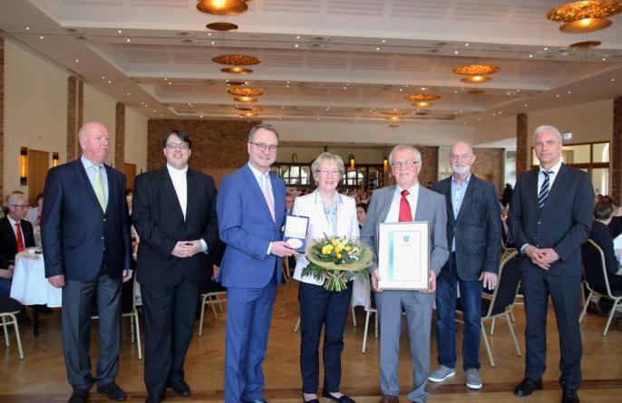 Ingrid und Ewald Stapel (3.v.r.) mit Mitgliedern der Auswahlkommission und Bürgermeister Markus Honnigfort (3.v.l.). Foto: Stadt Haren