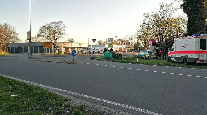 Aktuell: Dalum/Geeste. PKW blieb bei Verkehrsunfall auf dem Dach liegen. Foto:NordNews.de