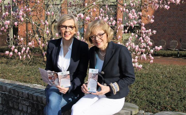 Sozialdezernentin Dr. Sigrid Kraujuttis (r.) und Johanna Sievering, Leitung Fachbereich Gesundheit, machen auf die Gesundheitskonferenz am 24. April aufmerksam. Foto: Landkreis Emsland