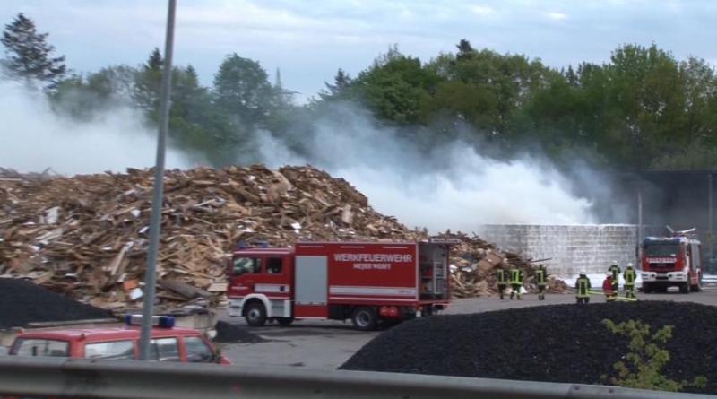 Papenburg - Löscharbeiten dauern noch weiter an - Neuste Informationen des Pressesprecher Foto: Torsten Albrecht