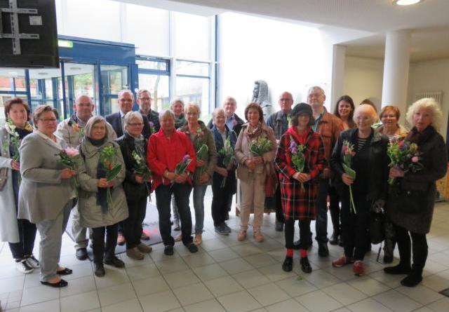 """Zahlreiche Teilnehmer der Kunstschulkurse waren zur Eröffnung der Ausstellung """"Vielfältig präsent"""" ins Rathausfoyer gekommen. Foto: Stadt Lingen"""